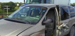 Proyecta camioneta contra un barandal