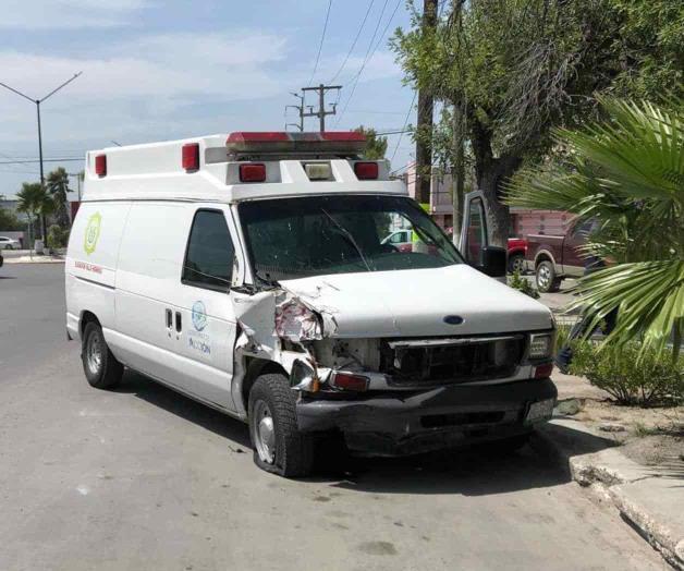 Choca ambulancia; llevaba atropellado. Le sale al paso de manera intempestiva