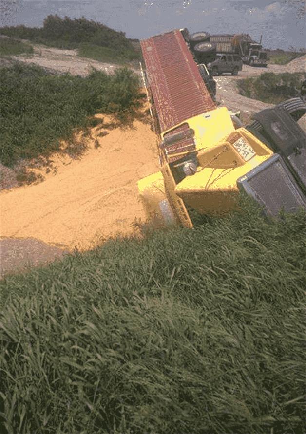Se voltea trailero cargado con maíz