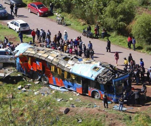 Mueren seis niños tras caída de autobús en Perú