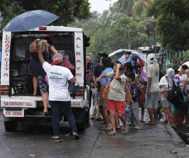 Tifón causa daños e inundaciones a su paso por Filipinas
