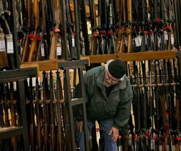 Sube revisión de antecedentes para compra de armas en EUA