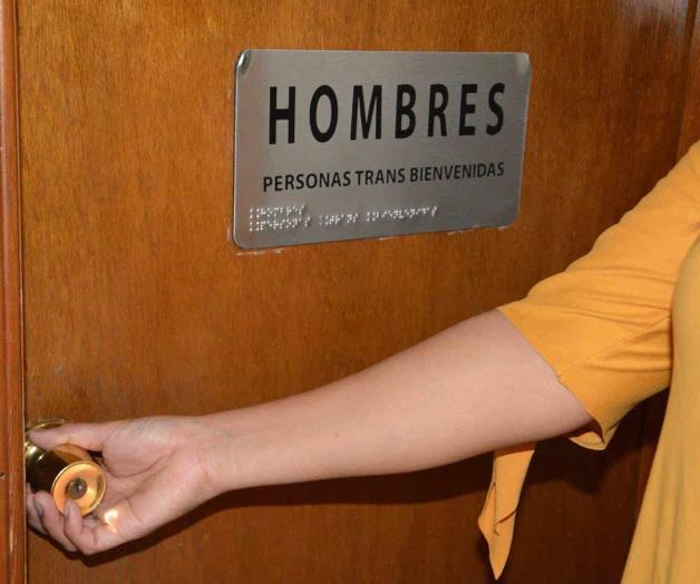 Designa baños transgénero INE