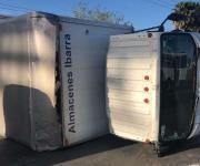 Camión vuelca e impacta tres vehículos al perder control en libramiento