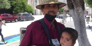 Recorren las calles de Reynosa con su hija en brazos y un contenedor para vender dulces