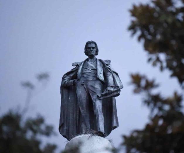 Charleston retira estatua de defensor de la esclavitud