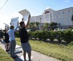 Protestan activistas de derechos civiles frente al hotel Hampton Inn