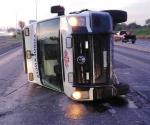 Conductor de ambulancia pierde el control y vuelca