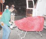 Se acuesta en calle y lo mata camioneta