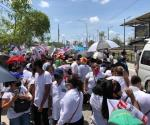 Manifestantes esperan al presidente López Obrador en Matamoros
