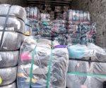 Aseguran carga de pacas de ropa