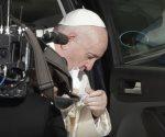 El papa usa mascarilla, hace una defensa de la salud pública