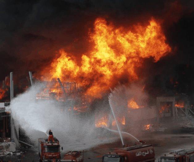 Gran incendio en puerto de Beirut a un mes de una explosión