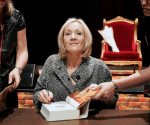 Tunden en redes a J.K Rowling por su nueva novela