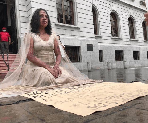 Activista se disfraza de novia golpeada
