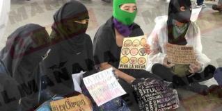 Protestan grupos feministas frente a plaza Miguel Hidalgo