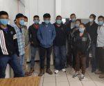 Rescatan policías a once migrantes