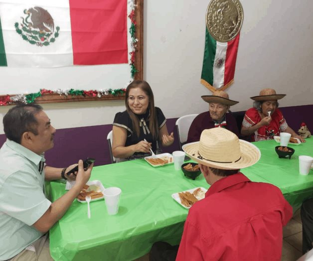 Conviven con abuelitos autoridades municipales