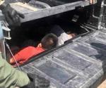 Descubren a ilegales en doble fondo de vehículo