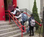 Suben casos de Covid en niños tras reapertura de escuelas, en EU