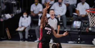 Jimmy Butler se echa al hombro al Miami Heat